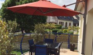 Un parasol mural de la marque Solero pour terrasse et balcon.